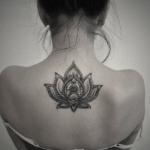 Tatuagem de Flor de Lótus nas costas