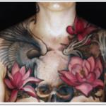 Tatuagem de Flor de Lótus com Caveira no Peito