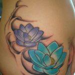 Tatuagem de Flor de Lótus Azul e Roxa