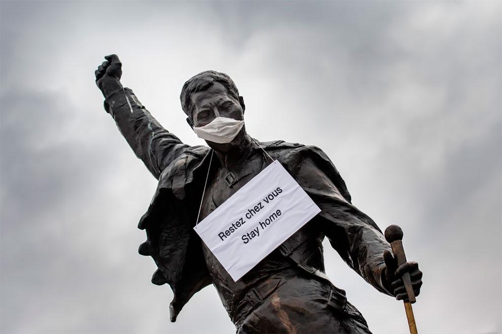 Statua di Freedie Mercury con maschera sulle rive del Lago di Ginevra